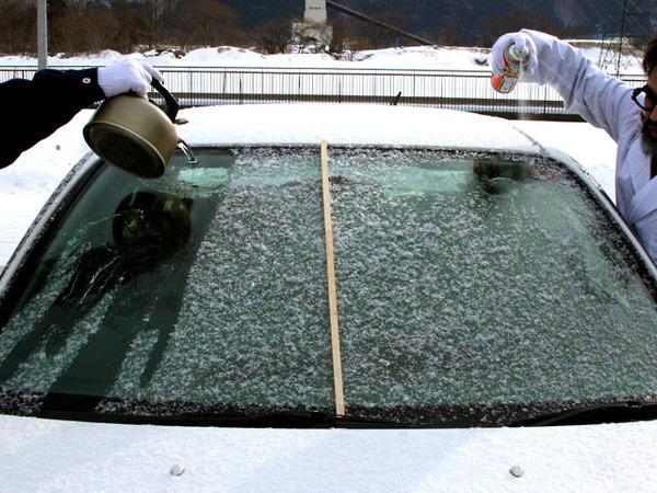 寒い冬凍った車のフロントガラスをお湯で溶かすのは超危険です!凍ったフロントガラスを素早く溶かす方法とは!?
